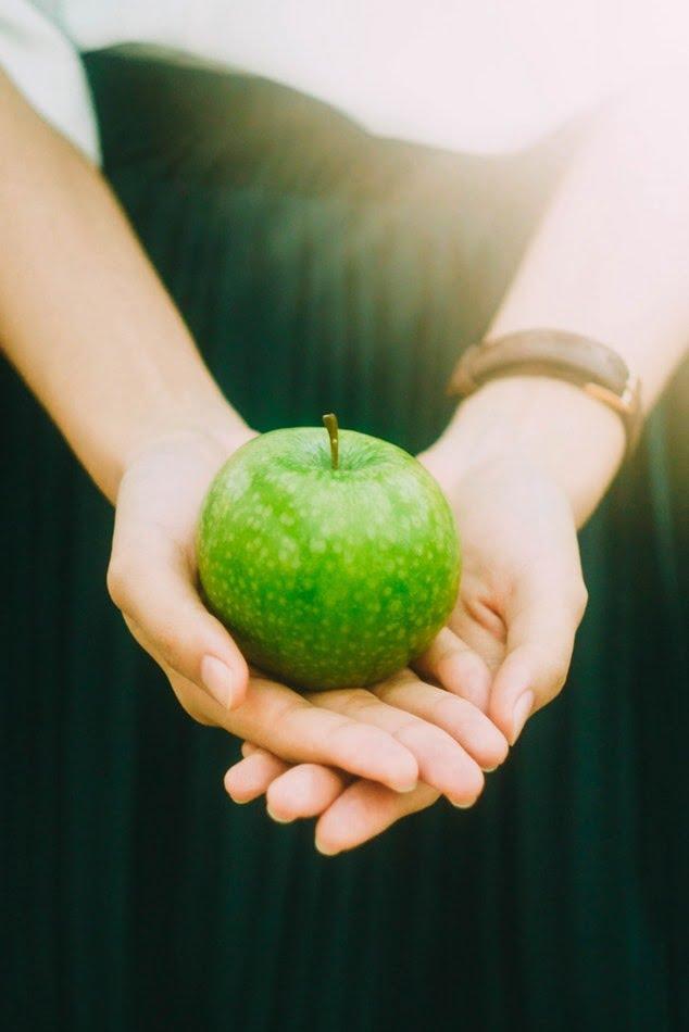 ۶ میوه فوقالعاده ضد پیری زودرس با خواص آنها - میوه سیب