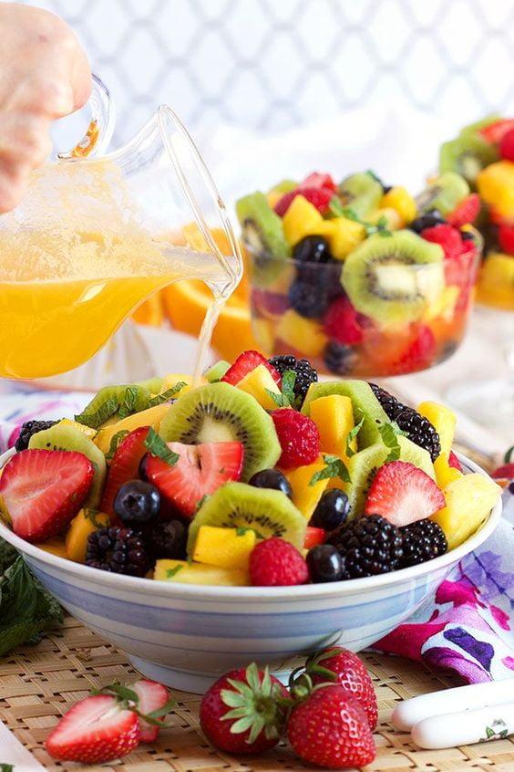 ۱۲ نکته کلیدی برای تهیه سالاد میوه خوشمزه- استفاده از آب مرکبات به عنوان چاشنی