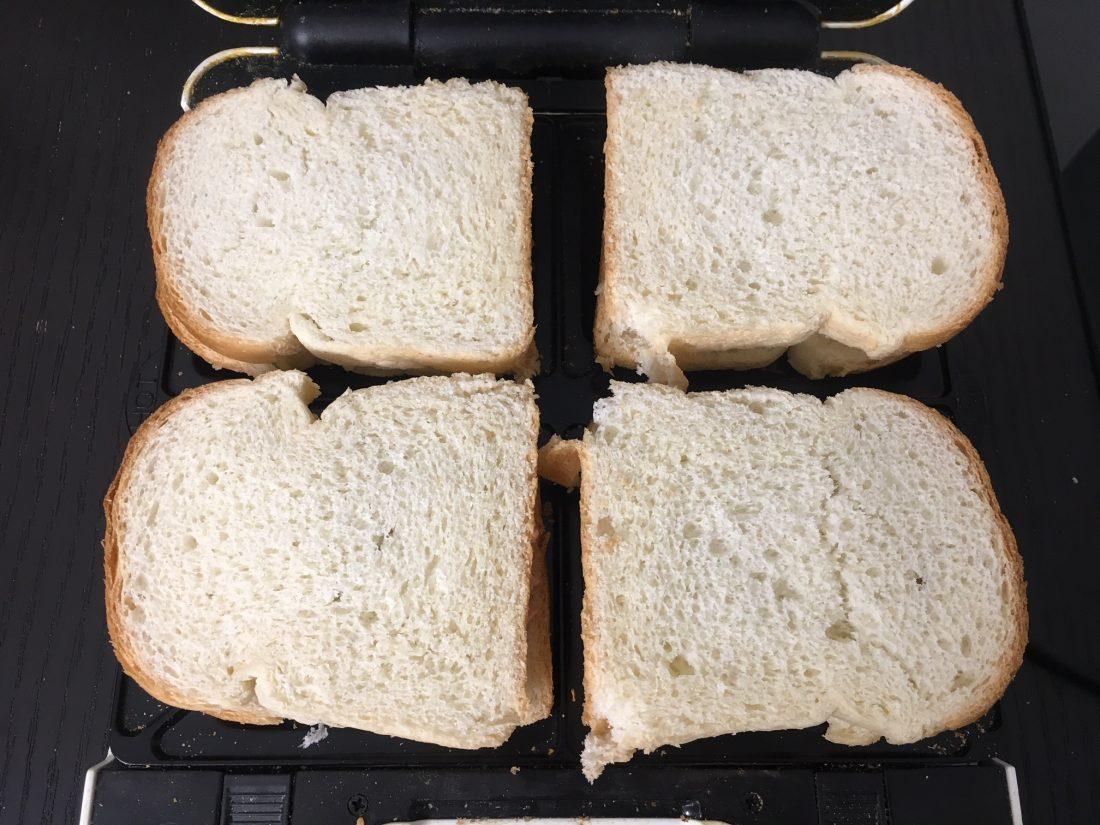 گذاشتن نان بر روی مواد اسنک