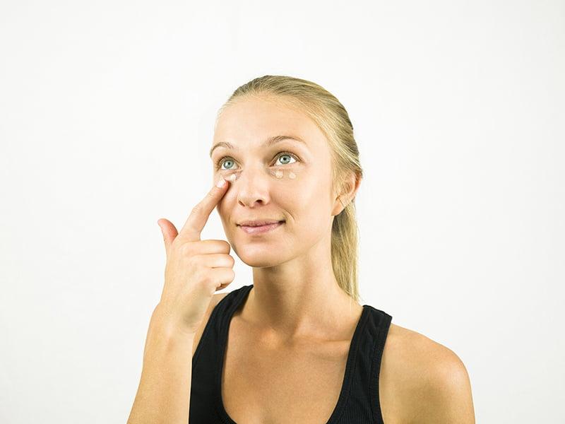 آرایش صورت- کرم زیر چشم,آموزش آرایش صورت در خانه, آرایش صورت دخترانه, آرایش لایت دخترانه 2019, آموزش آرایش صورت برای مبتدیان,