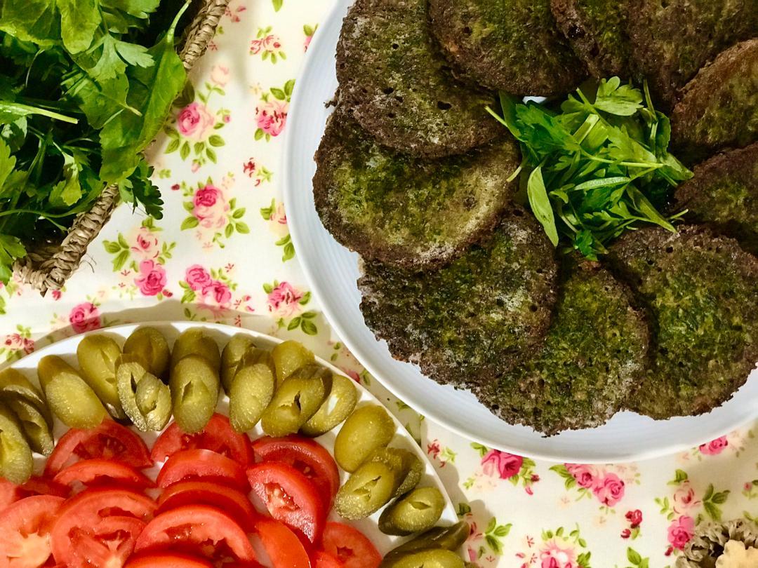 طرز تهیه کوکو سبزی با زرشک و گردو