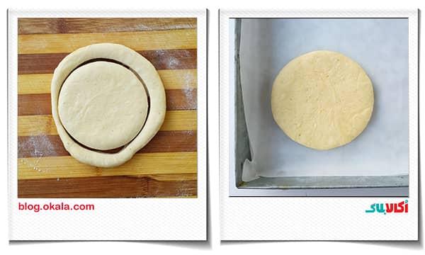 کشاندن نایلون روی سینی خمیر نان زنجبیلی برای استراحت ثانویه